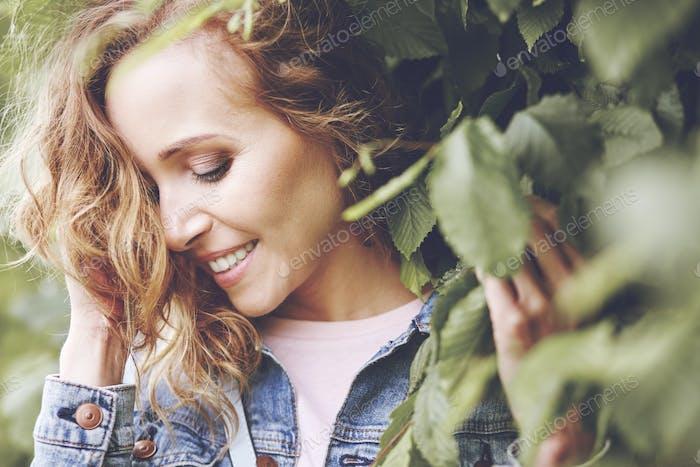 Belleza natural de las mujeres entre las hojas