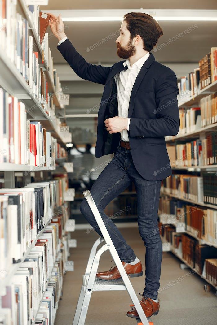 Guapo chico estudio en la Biblioteca