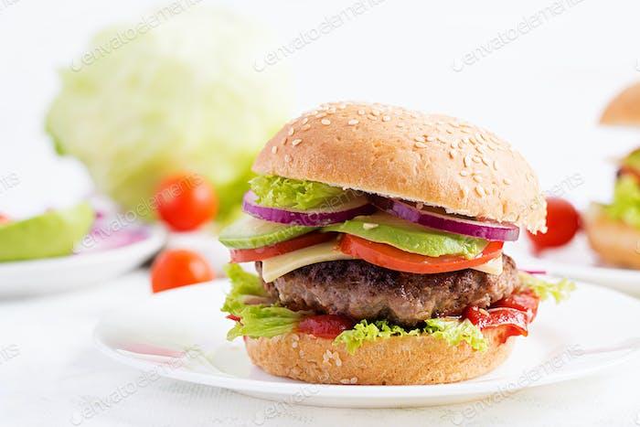 Big sandwich - hamburguesa hamburguesa con carne de res, aguacate, tomate y cebolla roja