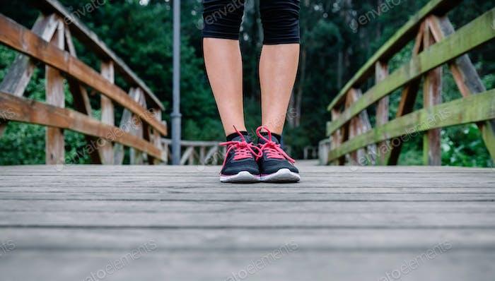 Athlet Frau Füße bereit zu trainieren