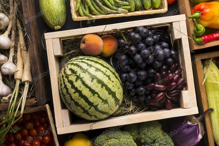 Eco Früchte Wassermelone und Trauben in Holzkiste outdoor