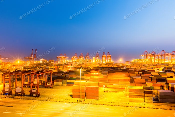 Shanghai Containerterminal in der Nacht