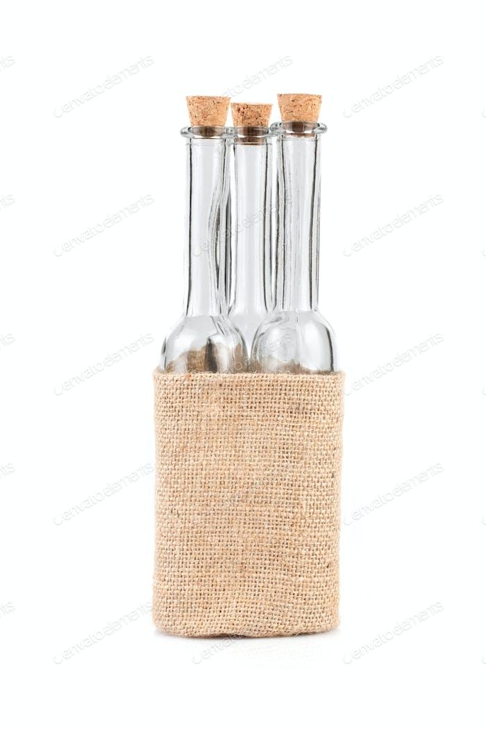 Leere Flaschen im rustikalen Hanfbeutel