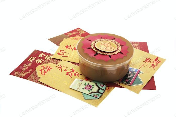 Chinesische Neujahrskuchen und rote Pakete