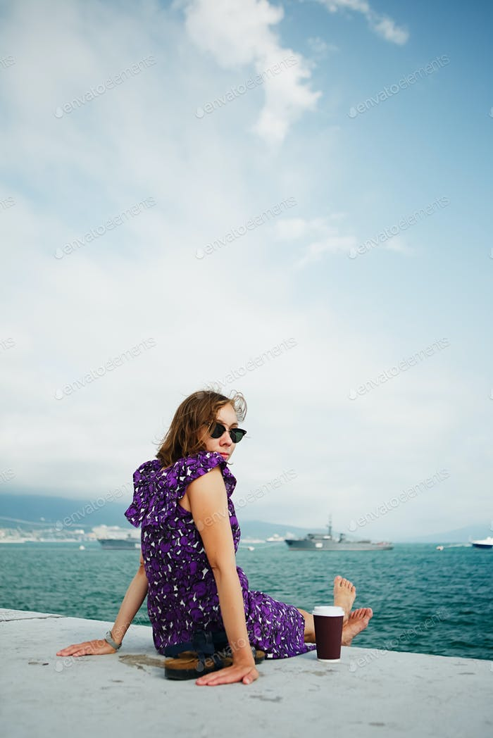 Frau genießen Morgen am Meer Sonnenbaden