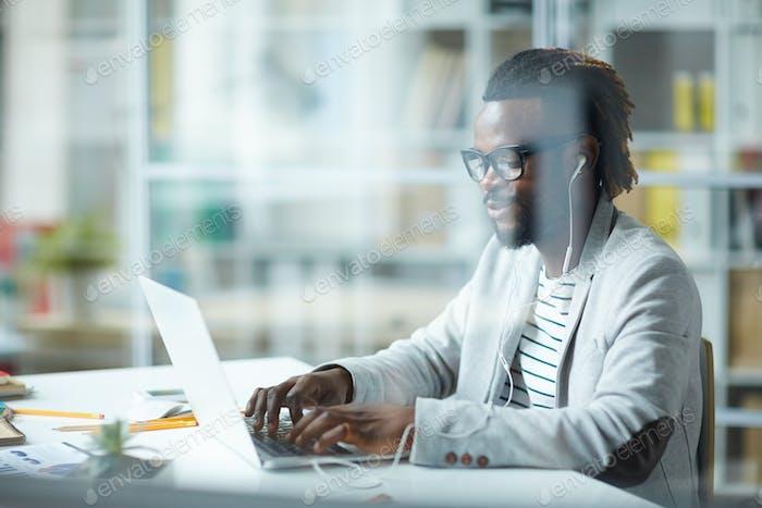 Erfolgreicher afroamerikanischer Geschäftsmann