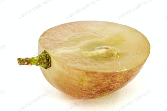 Die Hälfte der Frucht der Trauben Nahaufnahme, isoliert auf weißem Rücken