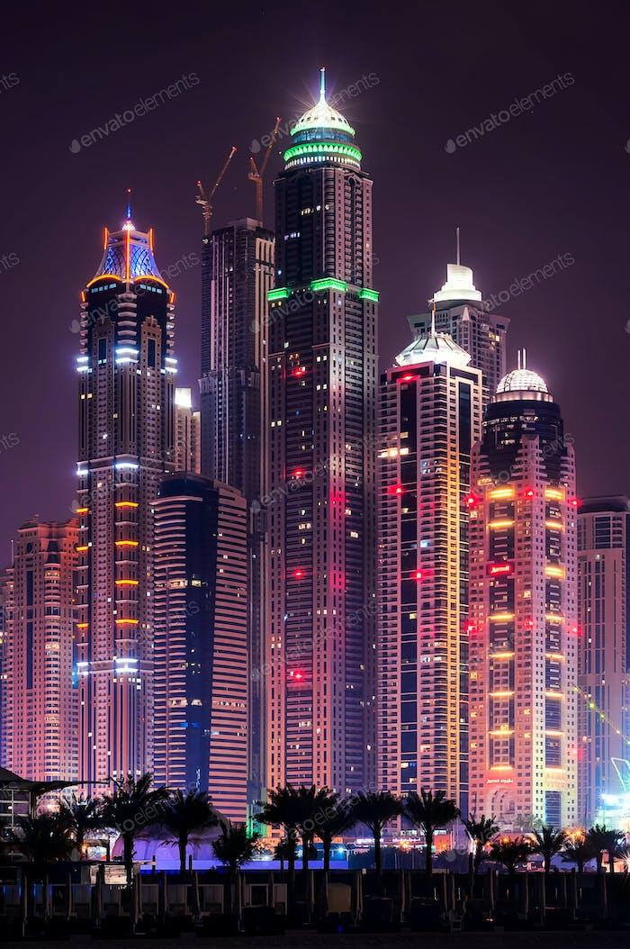 Nacht Dubai Marina Skyline mit höchsten Gebäuden. Dubai, Vereinigte Arabische Emirate