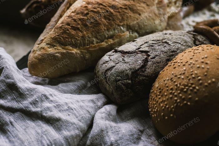 Viele gemischte Brote und handgemachte Bagels
