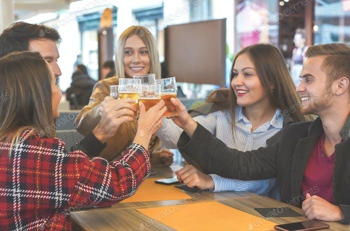 Grupo de personas saliendo entre sí en un bar y disfrutando de su compañía