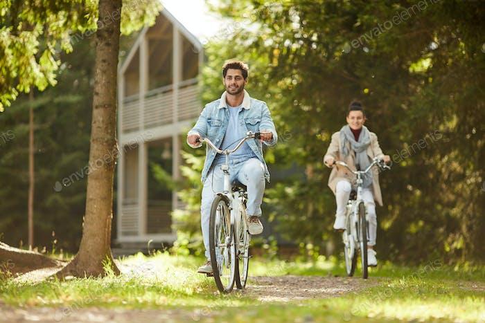 Aufgeregt Paar genießen Radtour im Wald