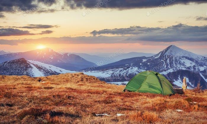 Das Zelt besteht aus Grün in den Karpaten
