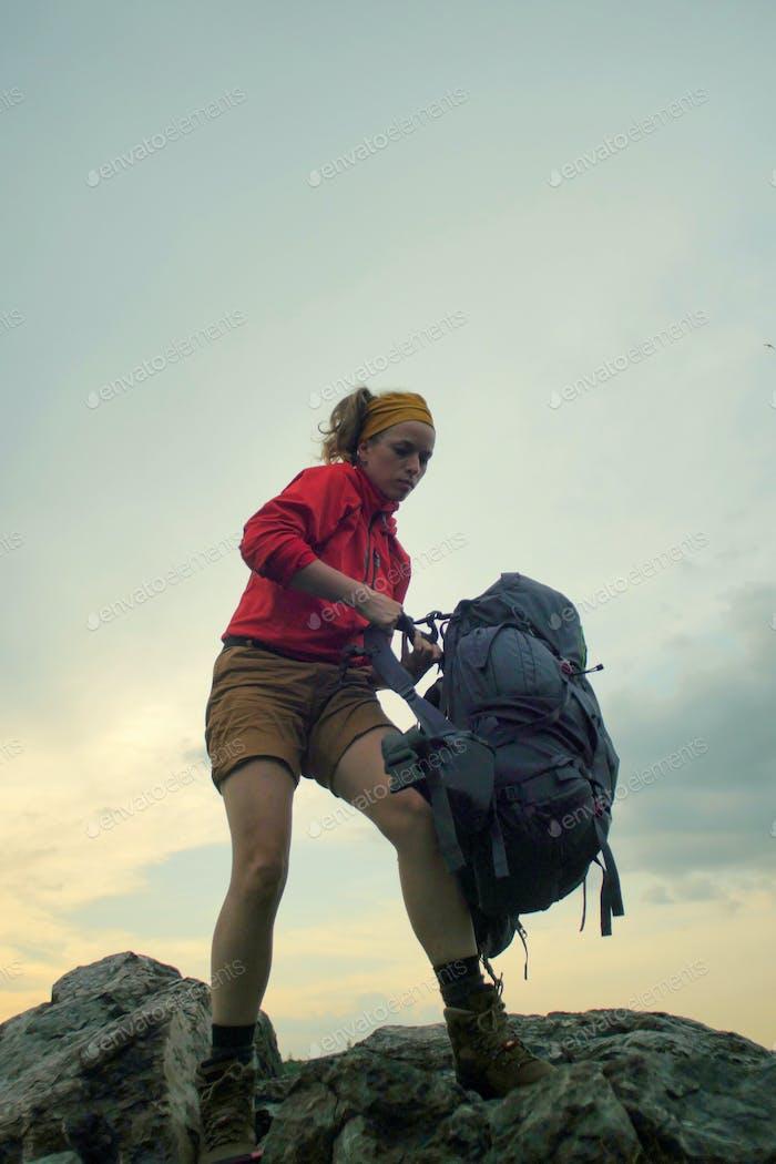 Wanderer anziehen einen Rucksack