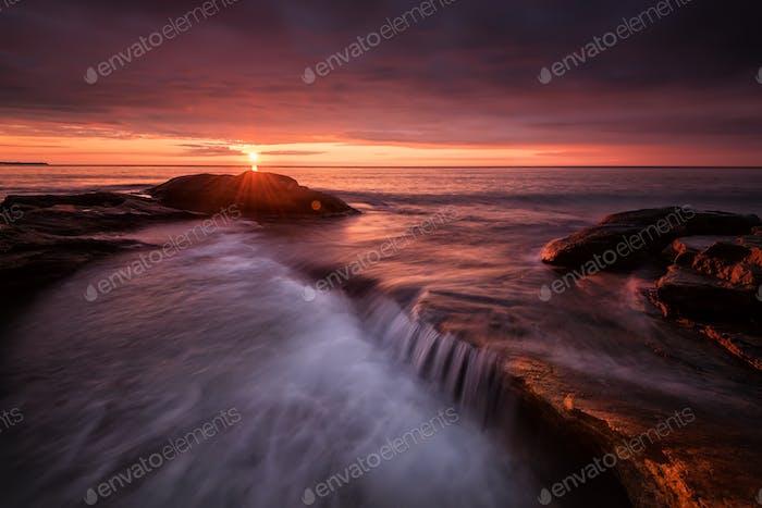 Seenlandschaft bei Sonnenaufgang. Schöne natürliche Sommer-Meereslandschaft