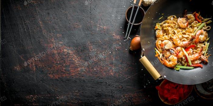 Gemachte chinesische Udon-Nudeln mit Garnelen, Gemüse und Sauce.