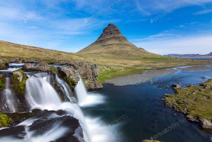 El icónico Kirkjufell en Islandia