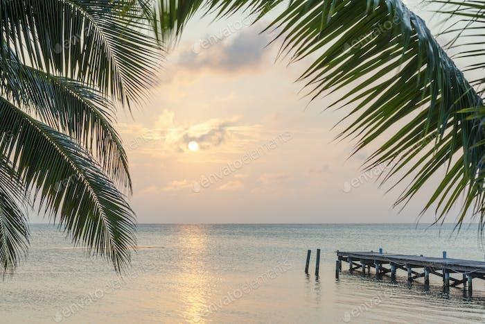 Tropischer Sunrise Bootsanleger