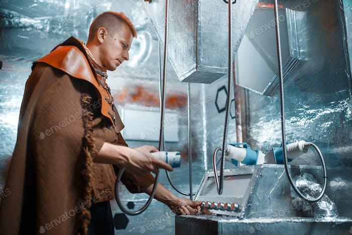 Космический ученый держит необычный инструмент