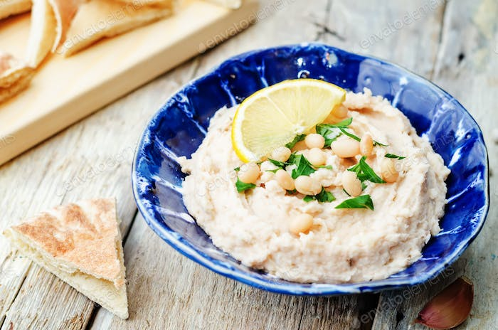 white beans hummus with lemon