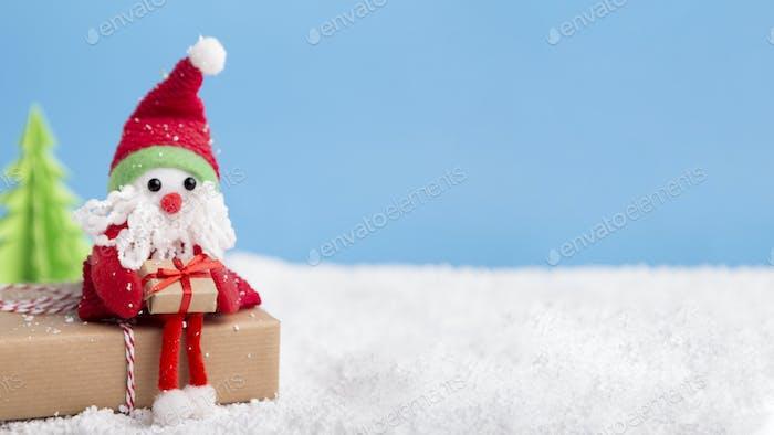 Kleines Spielzeug mit Neujahrsgeschenken warten auf Glückwünsche