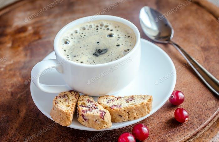 Eine Tasse Kaffee mit Biscotti