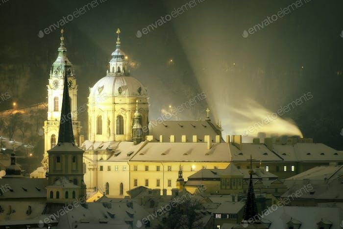 Turm der Nikolauskirche im Winter, Prag, Tschechische Republik