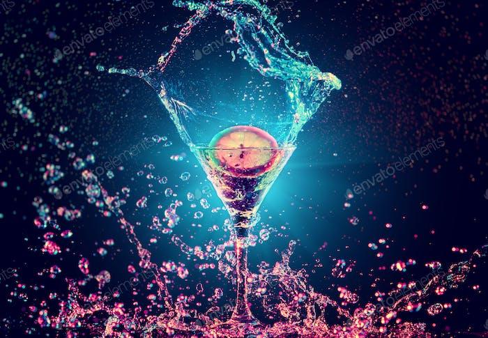Bunte Cocktail im Glas mit Spritzer