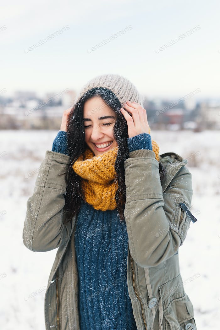 Smiling Woman Feeling Cold Snowflakes On Her Face During A Snow Foto