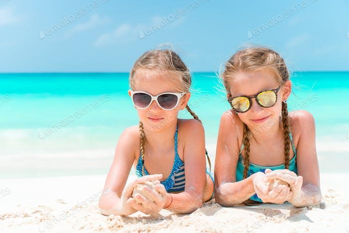 Porträt von zwei schönen Kindern Blick auf Kamera Hintergrund der schönen Natur des blauen Himmels und