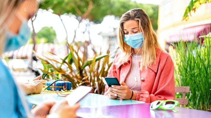Junge Frau nutzt Kontakt-Tracing-App auf dem Mobiltelefon