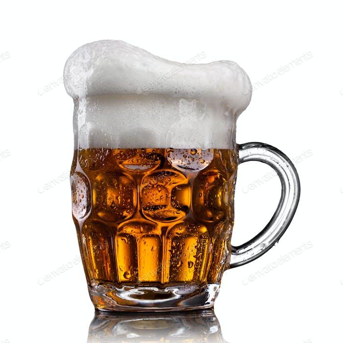 Bier in Glas mit Wassertropfen auf weiß isoliert