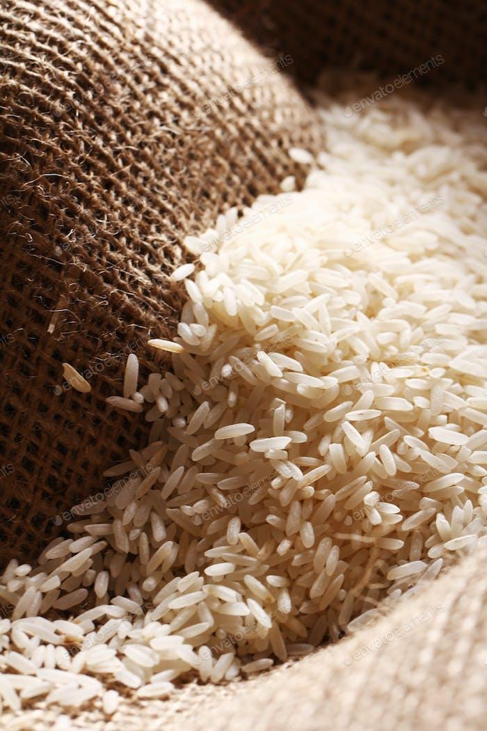 Weiße Reiskörner auf Sacktuch