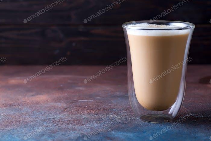 Glas Tasse Kaffee Latte auf Stein dunklen Tisch