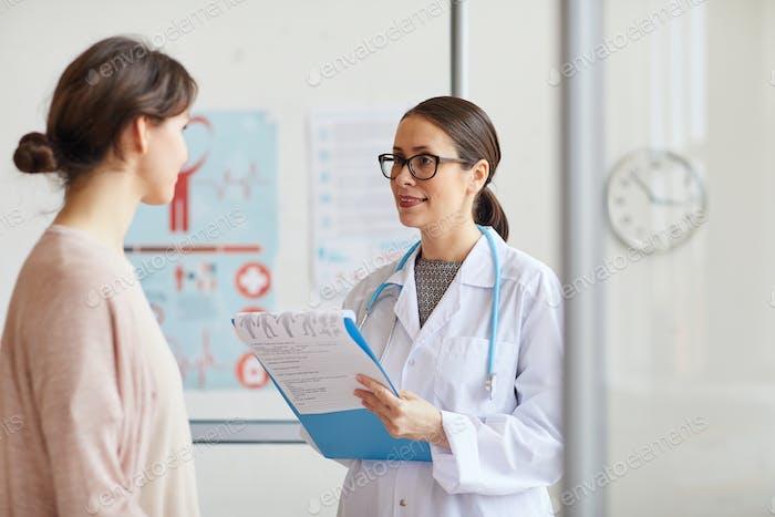 Arzt Behandlung des Patienten im Krankenhaus