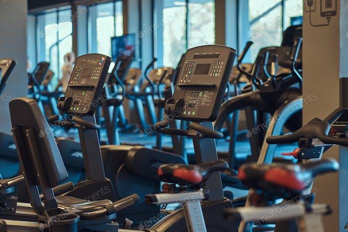 Interior de sala de fitness con bicicletas de fitness.