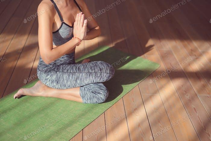Mujer joven en clase de yoga
