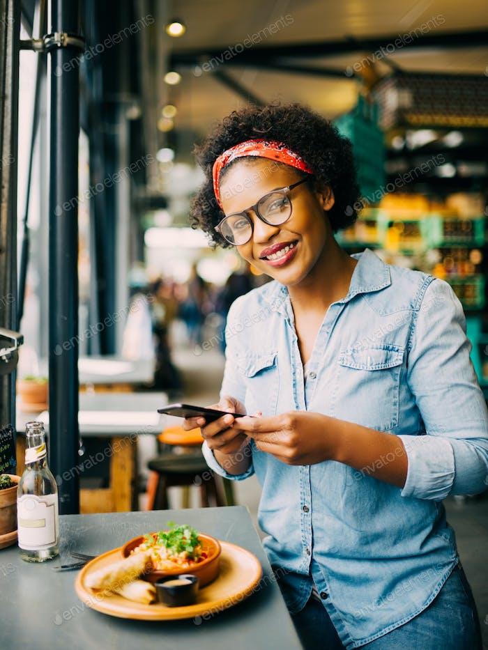 Mujer sonriente Encantador Fotos de su comida en un café