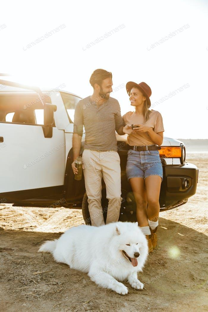 Liebevolle paar mit Hund samoyed im freien