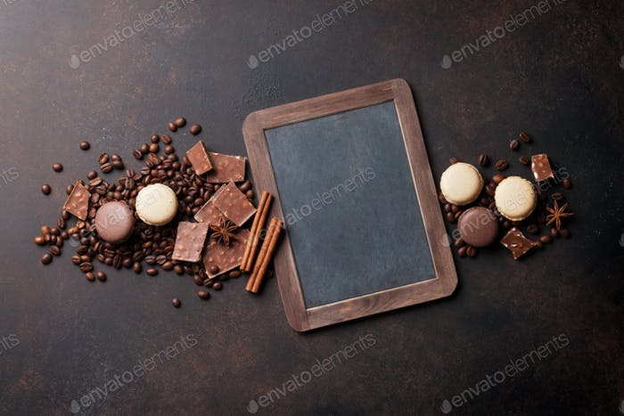 Kaffee, Schokolade und Makronen auf alten Küchentisch