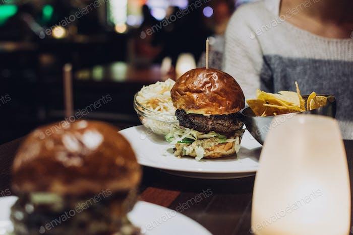 Feiern Sie mit einem saftigen Rindfleisch-Burger in einem Restaurant