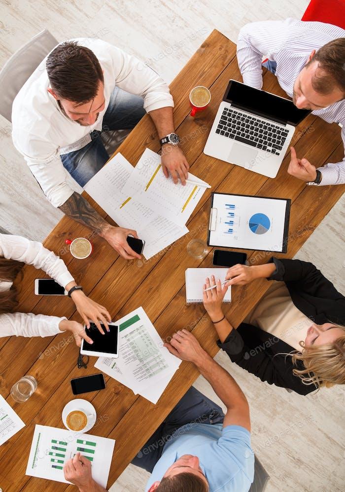 Gruppe von geschäftigen Geschäftsleuten, die im Büro arbeiten, Draufsicht