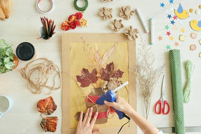 Talentierte Frau konzentriert sich auf kreative Arbeit
