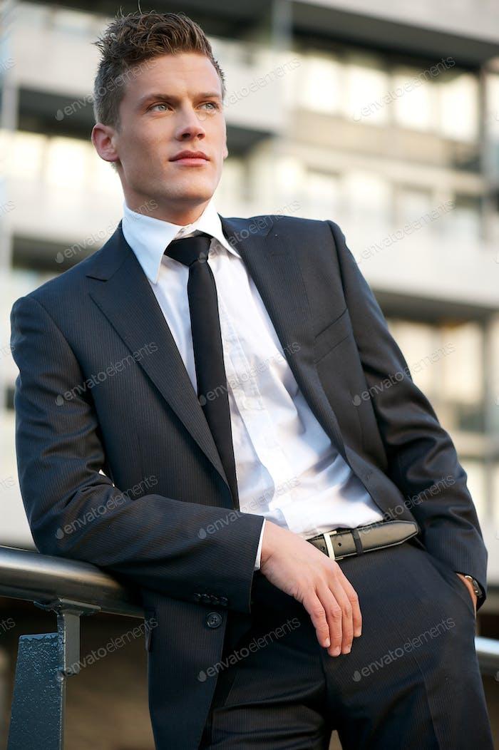 Geschäftsmann außerhalb des Büros