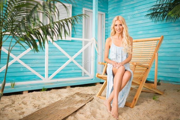 Femme posant avec près maison de plage