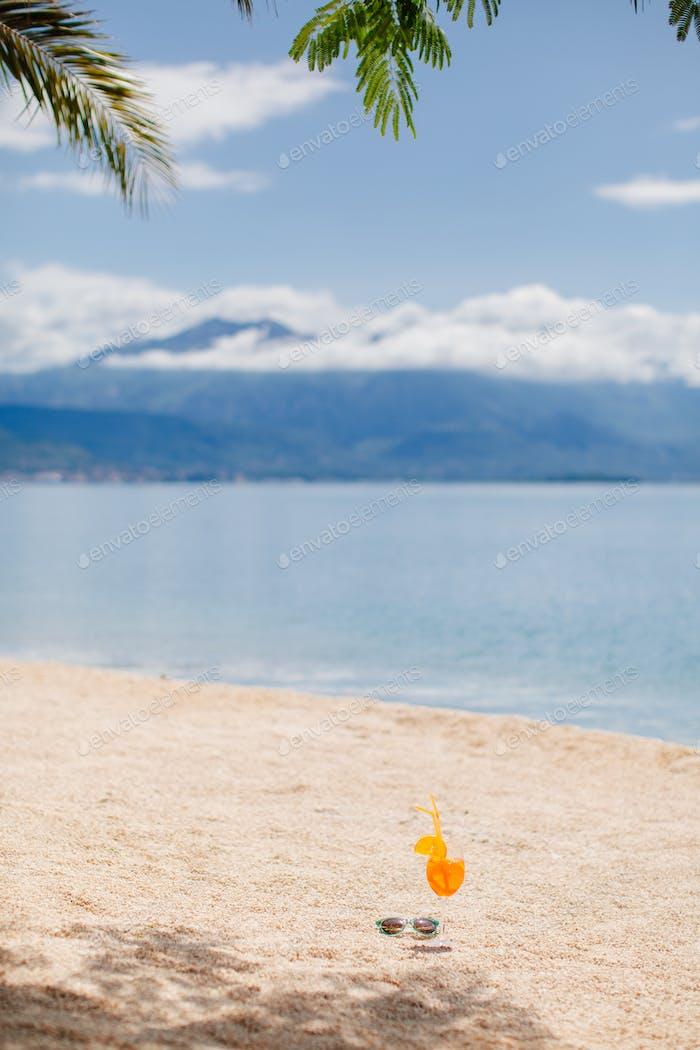 Orange tropischen Cocktail am Strand