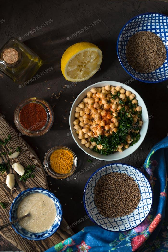 Zutaten zum Kochen von Falafel, Kichererbsen, Tahini und Gewürzen Draufsicht