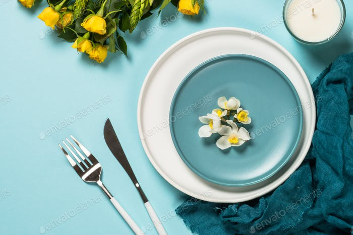 Frühlingstisch-Einstellung mit Blumen-Draufsicht