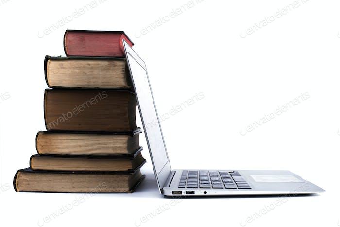 Alte Bücher Haufen und Laptop