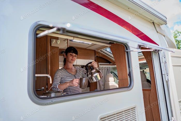 Frau Kochen im Wohnmobil, Wohnmobil Interieur