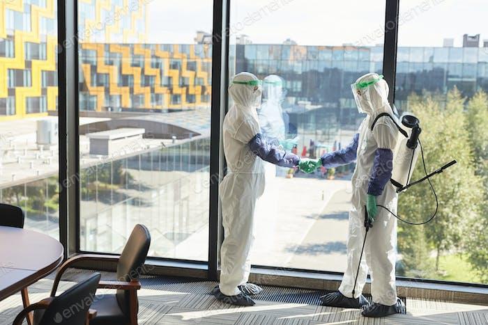 Desinfektion Arbeiter Hände schütteln